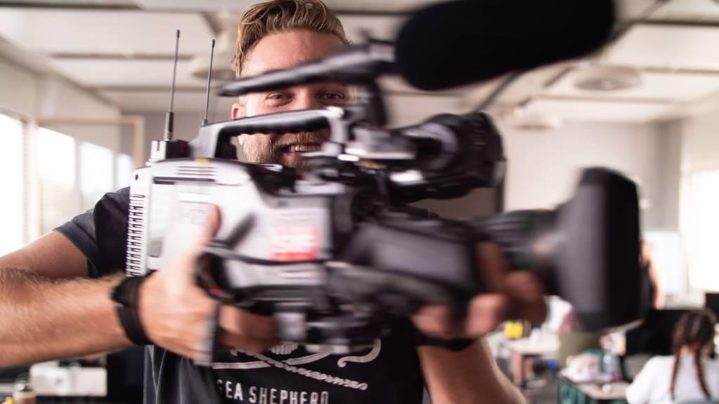 Kameramann mit Schulterkamera